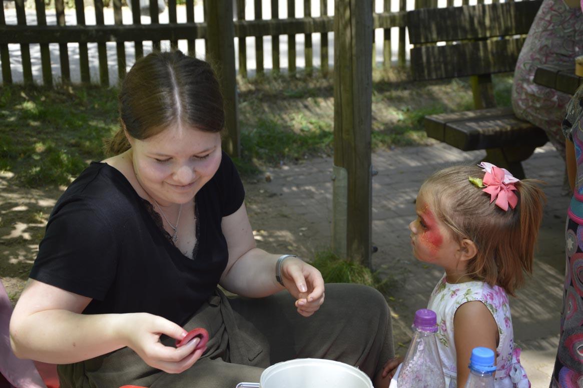 Kinderschminken beim Jubiläumsfest des Kindergartens