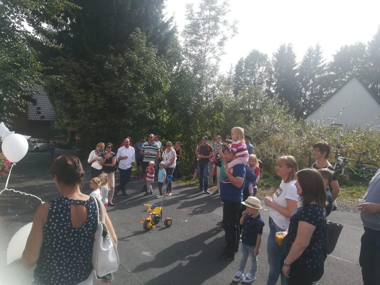 Einige Besucher kamen zur Einweihung des Friedenspfahl in Gersfeld