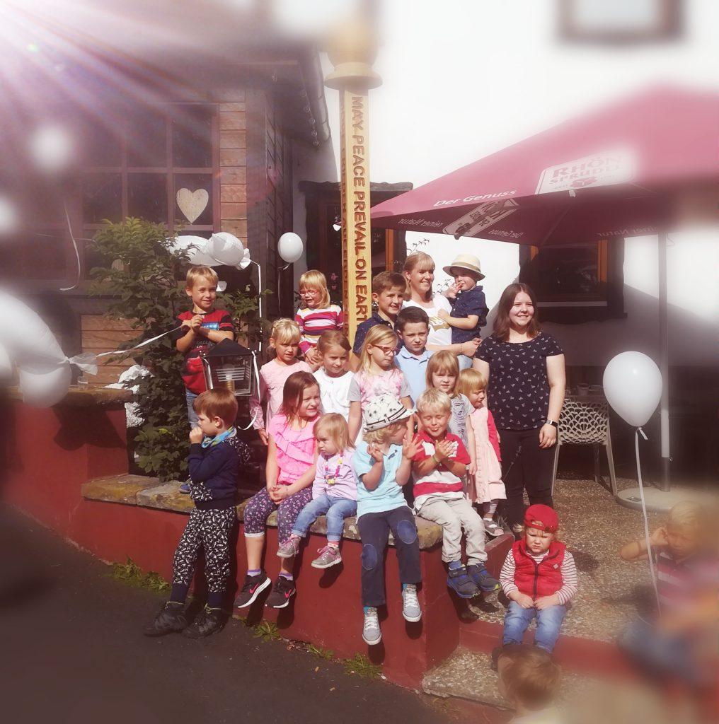 Stolze Kinder präsentierten den gestalteten Friedenspfahl in der Rhön
